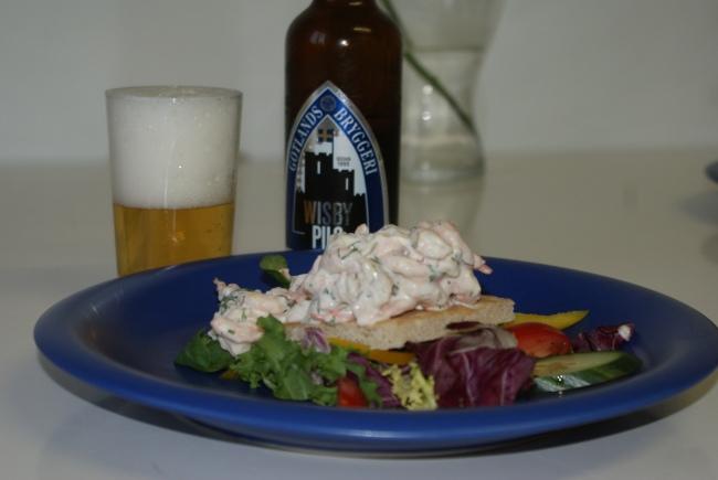 Toast skagen med en gotländsk öl. Toast Skagen with a beer from Gotland. Toast Skagen ja gotlantilainen olut.