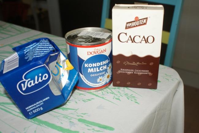Smör, kondenserad mjölk och kakaopulver. Butter, condensated milk and cocoapowder. Voita, kondesoitua maitoa ja kaakaojauhetta.