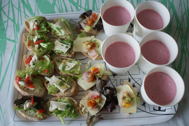 Smörgåsar med tre olika pålägg, hallonsmoothie. Sanwiches with tree fillings, raspberrysmoothie. Voileivät kolmella täytteellä ja vadelmasmoothie.