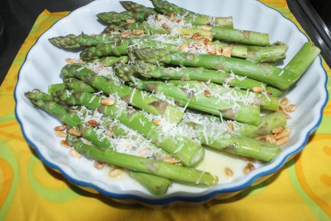 Sparris med ost och pinjenötter. Aspargus with cheese and pine kernels. Parsaa, juustoa ja paahdettuja pinjansiemeniä.