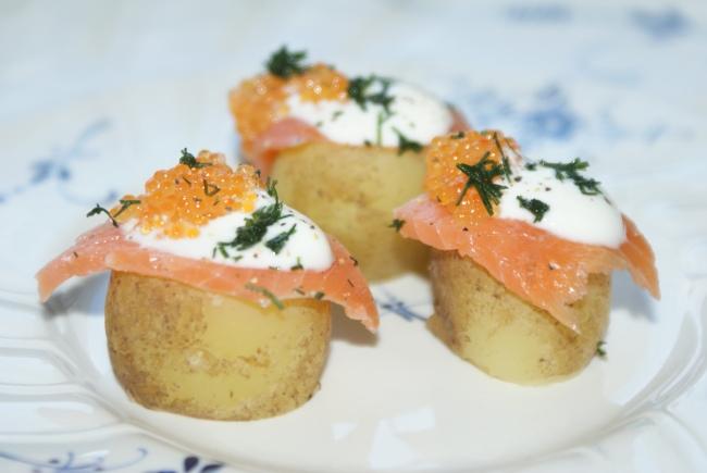 Snittar med lax och potatis. Canapées with potato and salmon. Alkupaloja lohesta ja perunasta.