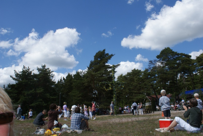 Midsommar i Ljugarn på Gotland. Midsummer in the village of Ljugarn on Gotland. Juhannus pienessä Ljugarnin kylässä Gotlannissa.
