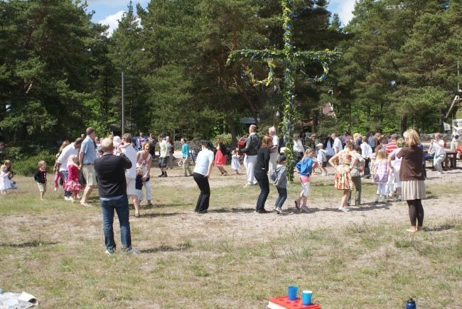 Dans på midsommarafton i Ljugarn.  Dancing on Midsummer in Ljugarn. Juhannustanssia Ljugarnissa.