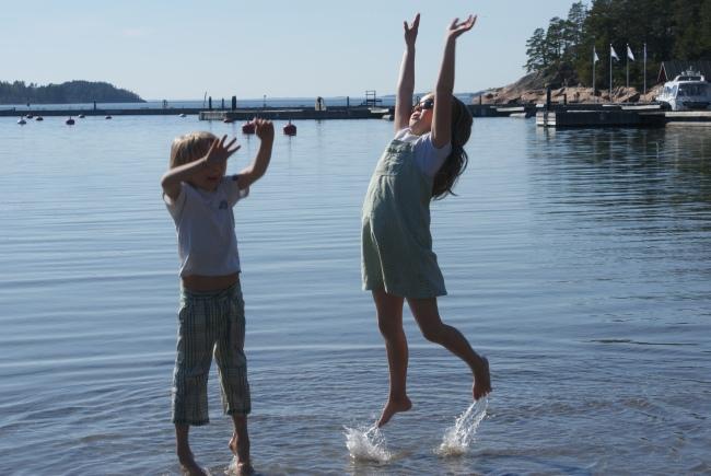 Emma och Anton trivs i vattnet. Emma and Anton love the sea. Emma ja Anton viihtyvät meressä.
