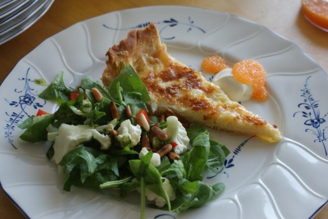 En bit Västerbottenostpaj med löjrom. A pice of Västerbotten cheese pie with salad. Pala Västerbotten -juustopiirakkaa ja muikunmätiä.