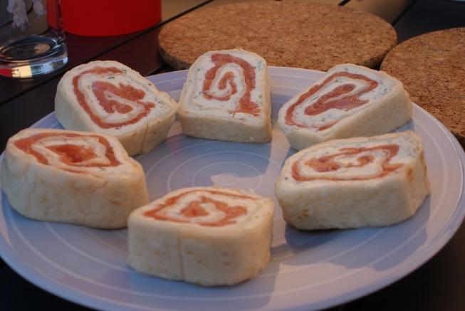Tunnbrödssnittar med lax. Flatbread canapées with salmon. Ohuita leipärullia ja lohta.