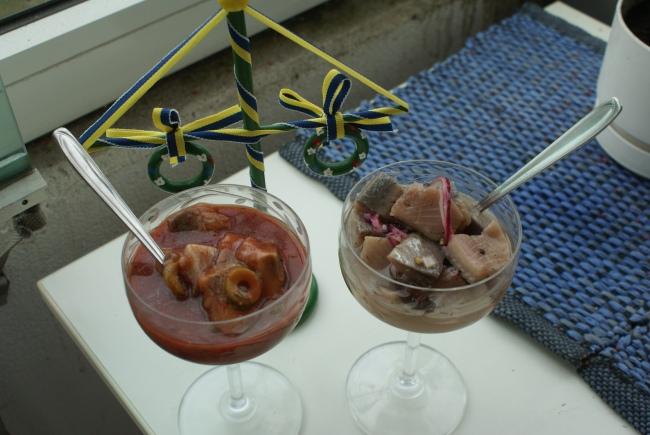 Bloody Mary -sill och tradtionell sill. Bloody Mary herring and traditional herring. Bloody Mary -silliä ja perinteistä silliä.