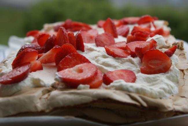 Britatårta med jordgubbar och vispgrädde, Brita cake with strawberries and whipped cream, Brita-kakku, mansikoita ja kermavaahtoa.