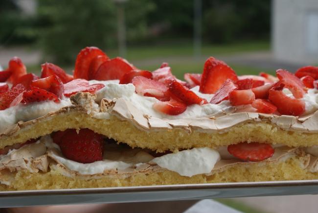Britatårta med jordgubbar och vispgrädde. Brita cake with strawberries and whipped cream. Brita-kakku, mansikoita ja kermavaahtoa.