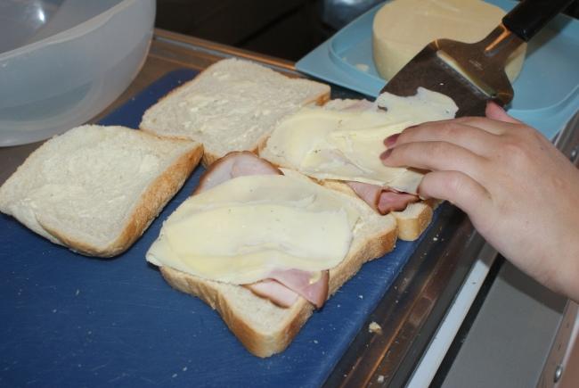 Toast med skinka och ost, toast with cheese and ham, paahtoleipiä, kinkkua ja juustoa