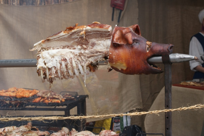 En grillad helgris. A whole grilled pig. Kokonaisena paistettu possu.