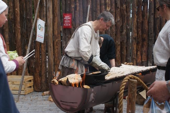 Korv finns alltid till salu. There are always sausages for sale. Makkaroita myydään aina.