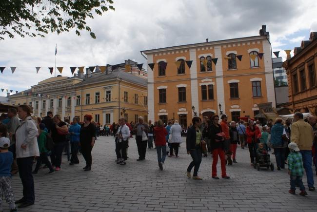 Massor med besökare på medeltidsveckan i Åbo. A lot of visitors at the medieval week in Turku. Keskiajan markkinoilla Turussa on paljon kävijöitä.