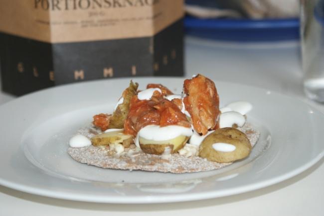 Käckemacka med makrill i tomatsås och kokta potatisar. Hard bread with mackarel in tomato sauce and boiled potatoes. Näkkileipää, tomaattimakrillia ja keitettyjä perunoita.