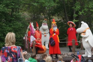 Spel och lek i Mumindalen, Emma i bilden. Play and joy in the Moomin Valley, Emma is on the scene. Leikkiä ja laulua Muumimaailmassa, Emma on lavalla.