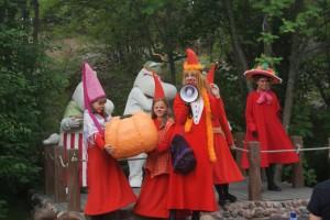 Pumporna kan bli så här stora. Pumpkins can get this huge. Kurpitsoista voi tulla valtavia.