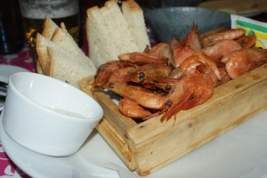 Rökta räkor med aioli. Smoked shrimps with aioli. Savustettuja katkarapuja ja aiolia.