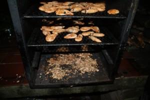 Räkor i rök. Shrimps being smoked. Katkarapujen savustusta.