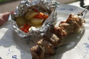 Saslik på talltiken. Shashlik on the plate. Saslikia lautasella.
