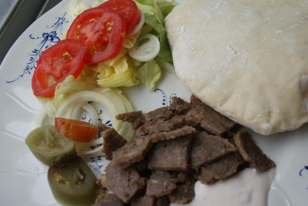 Kebab med egenbakad pitabröd. Kebab with selfmade pitabread. Itse tehty pitaleipä ja kebab.