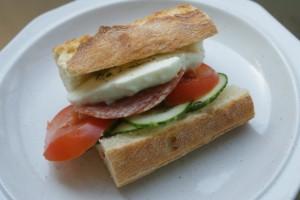 Macka med tomat, mozzarella, gurka, tomat och salami. A bread with tomatoes and cucumber, mozzarella and salami. Tomaatti- ja mozzarella leipä jossa on myös kurkkua ja salamia.