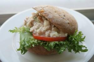 En fralla fylld med tonfiskröra. A bread filled with tuna salad. Leipä jossa on tonnikalatahnaa.