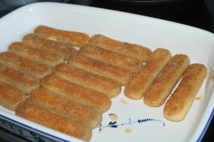 Savoyardikex doppade i kaffe. Savoyardi biscuits dipped in coffee. Kahvissa dipattuja savoyardikeksejä.