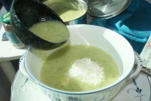 Sommarsoppa av zucchini. Soup made of squash. Kesäkurpitsakeitto.