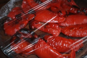Paprika under plastfolie. Peppers under plastic wrap. Paprikaa muovikelmun alla.