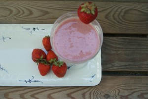 Smoothie med jordgubbar. Smoothie with strawberries. Smoothie mansikoista.