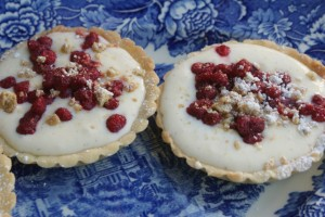 Tarteletter med vaniljkräm och smultron. Tartelettes with vanilla cream and wild strawberries. Metsämansikkaleivokset.