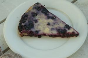 En bit av blåbärspaj. En piece of blueberry pie. Pala mustikkapiirakkaa.