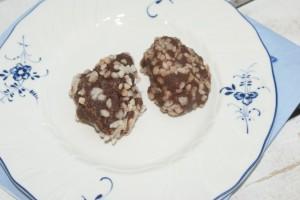 Chokladbollar på en Vileroy & Boch - tallrik. Choclate balls on a plate from Villeroy & Boch. Suklaapalloja Villeroy & Bochin lautasella.