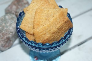 Kolakakor i en skål från IIttala. Crispy cookies in a bowl from Iittala. Kinuskiset keksit Iittalan lasikulhossa.