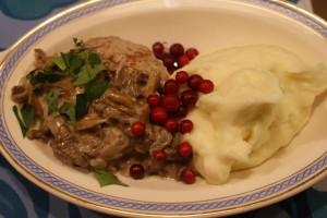 Köttfärsbiffar med trattkantarellsås, minced meat patties with a sauce on winter chantarelles, jauhelihapihvit ja suppilovahverokastike