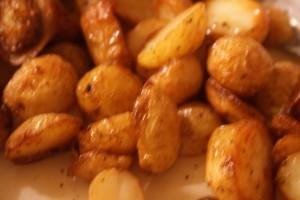 Potatis stekt i gåsfett, potatoes roastes in goose fat, hanhenrasvassa paistettuja perunoita