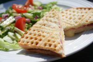 Toast på våffeljärn, toast on waffle iron, paahtoleipä vohveliraudalla