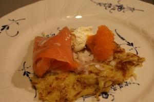 Råraka med lax, smetana, löjrom och rödlök. Potato pancake with gravlax, smetana, red onion and vendace roe. Raakapaistettu perunalätty, mukuinmäti, smetana ja punasipuli.