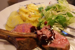 Lammracks och vitlöksgratäng, lambracks and garlic potato gratin, lampaankaretta ja valkosipuliperunoita