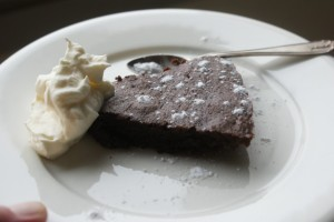 Lakritskladdkaka med vispgrädde, mudcake with liquorice and whipped cream, lakritsinen tahmakakku ja kermavaahtoa