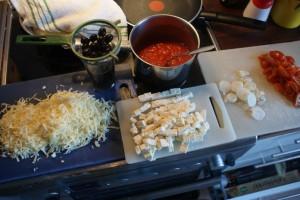 Ingredienser till grekisk pizza, ingredients for a Greek pizza, kreikkalaisen pizzan ainekset