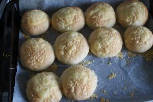 Ostfrallor, cheesy bread rolls, juustosämpylät