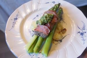 Lamm, potatisgratäng, sparris och ramlökspesto, lamb loin, potato gratin, asparagus and ramsons pesto, lammasta, perunagratiinia, parsaa ja karhunlaukkapestoa