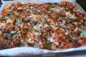 Pizza med lamm, kantareller och ramslök, pizza with lamb, chanterelles and ramsons, pizza, jossa on lammasta, kanttarelleja ja karhunlaukkaa