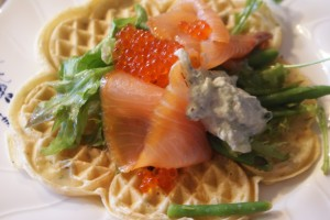 Våfflor med lax, waffles with salmon, vohveleita ja lohta