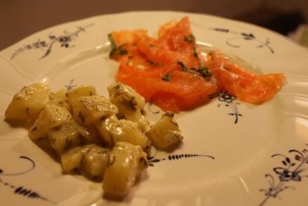 Dillstuvad potatis med basilikagravad lax, dill potatoes with basil marinated salmon, tilliperunoita ja basilikagraavattua lohta