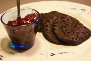 Blodplättar och lingonsylt, blood pancakes with lingonberry jam, verilätyt ja puolukkahillo