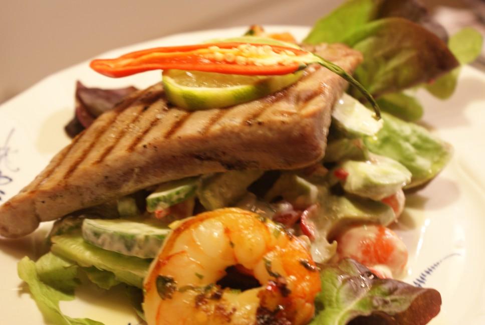 Matig sallad med tonfisk och jätteräkor, filling salad with tuna and prawns, ruokaisa tonnikala- ja jättikatkarapusalaatti