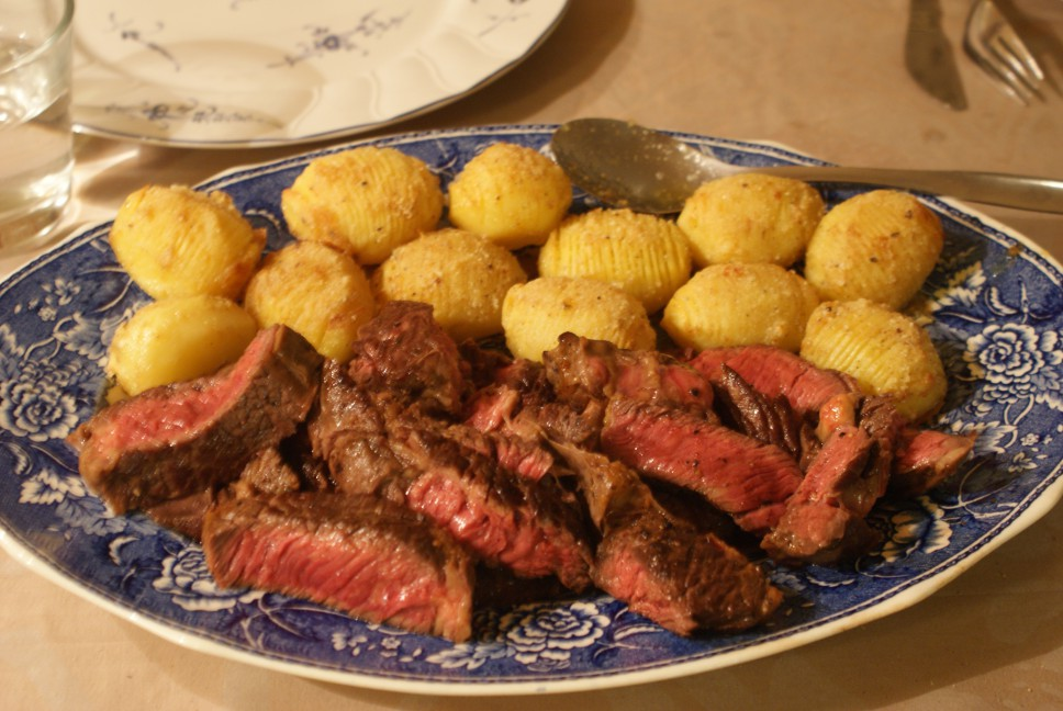 Kött och Hasselbackspotatis, beef and Hasselback potatoes, pihviä ja Hasselbackan perunoita