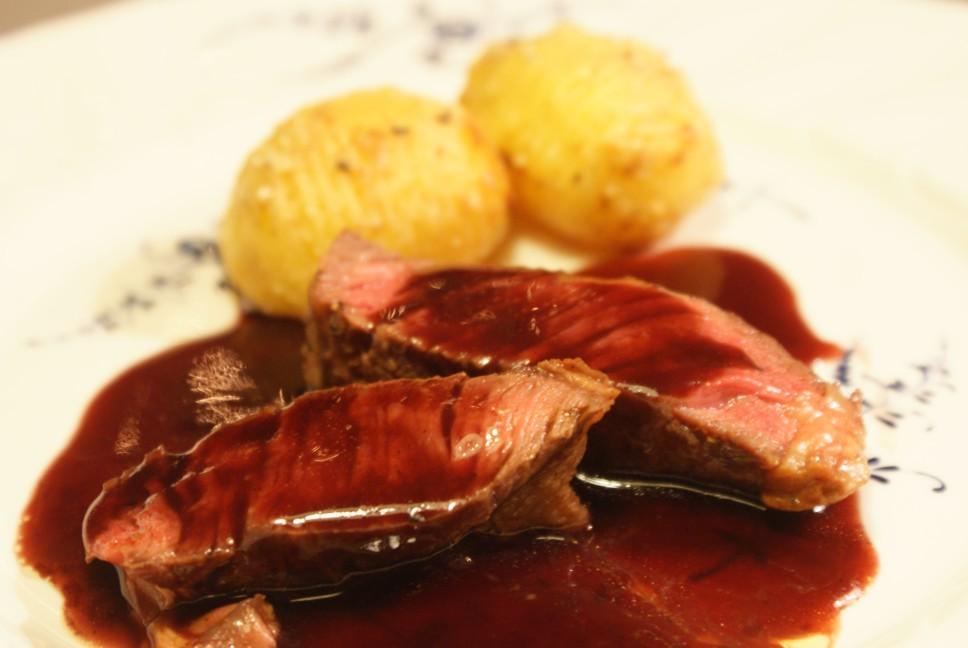 Kött, Hasselbackspotatis och rödvinssås, beef, Hasselback potatoes and red wine sauce, pihviä, Hasselbackan perunoita ja punaviinikastiketta